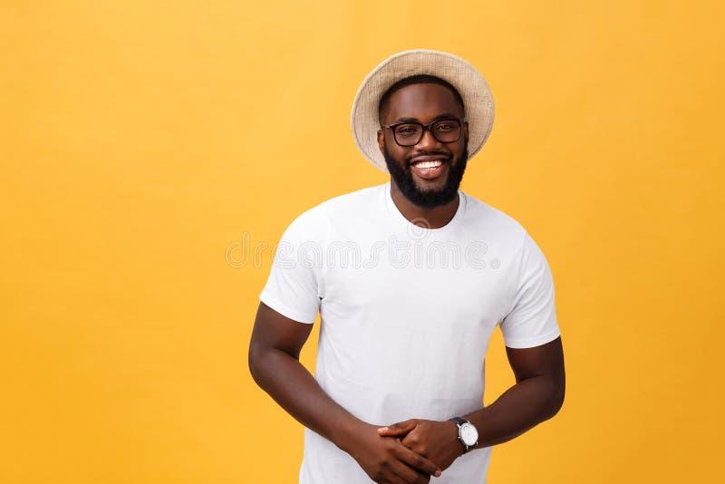 Enige knappe spier Zwarte mens met geschoren hoofd, gevouwen wapens en vrolijke uitdrukking stock foto's