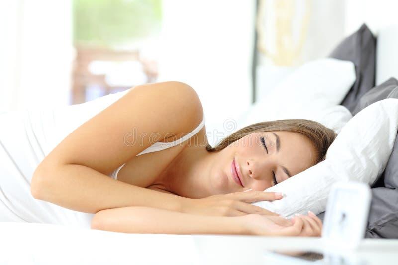 Enige meisjesslaap comfortabel op een bed royalty-vrije stock foto's