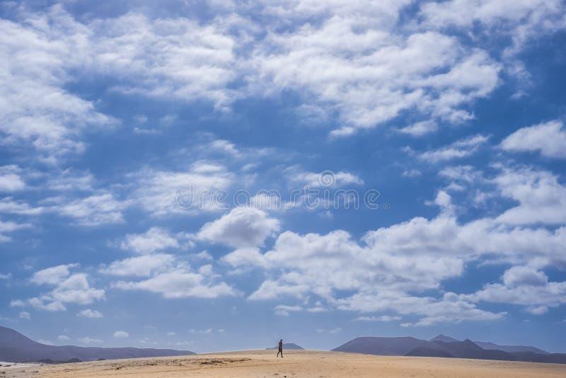 Enige mensengang in de fuerteventurawoestijn stock fotografie
