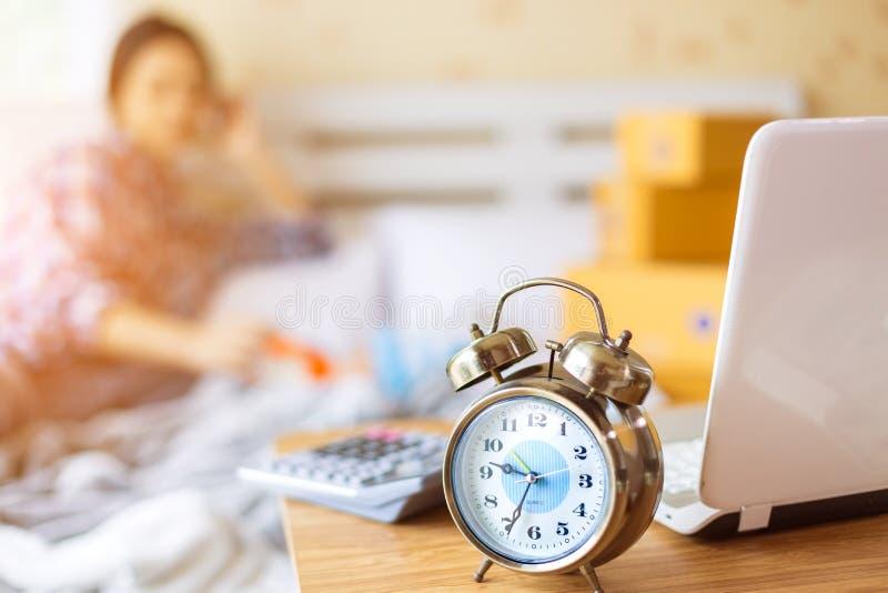 Enige moeder en het werk thuis royalty-vrije stock afbeeldingen