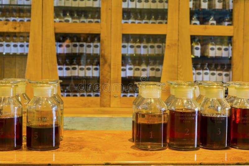 Enige moutwisky die genummerde het bemonsteren flessen op vertoning proeven royalty-vrije stock afbeelding