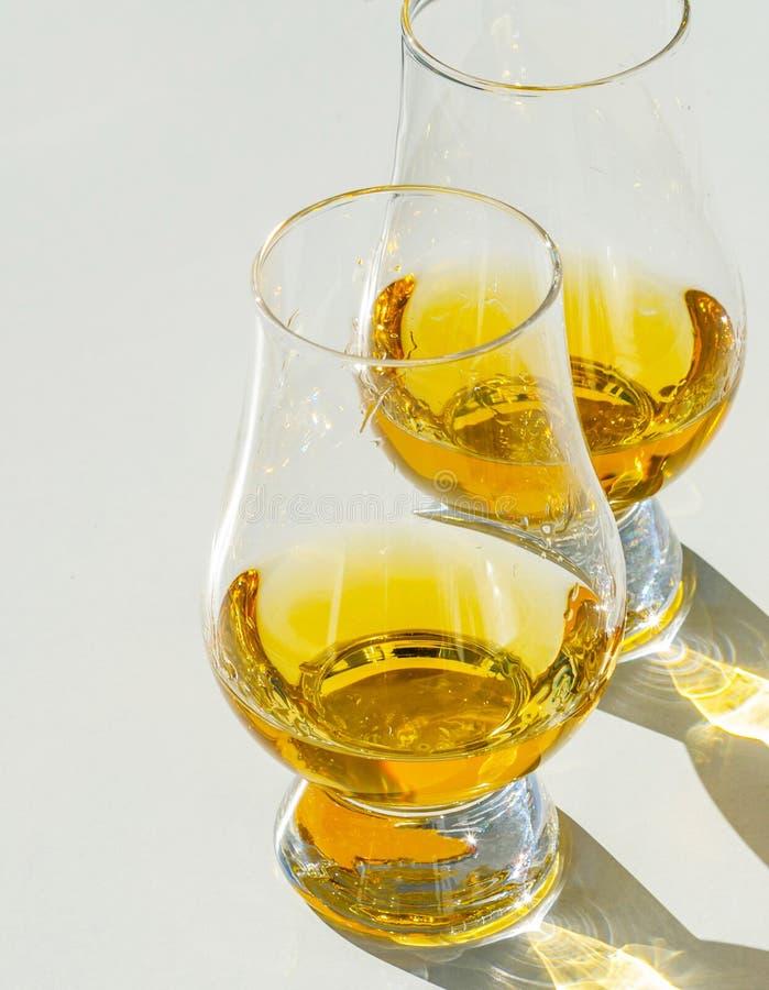 Enige moutwisky in het glas, luxueus proevend glas royalty-vrije stock foto