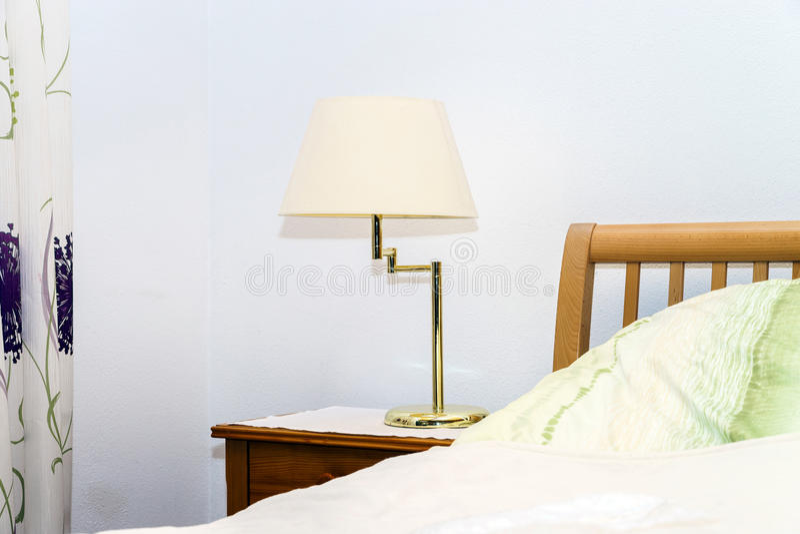Enige Nachtlamp In Slaapkamer Stock Foto - Afbeelding bestaande uit ...