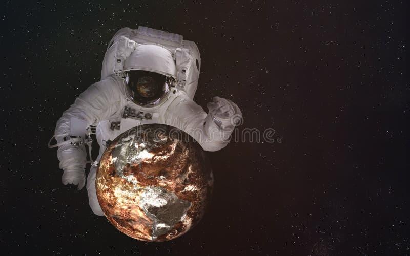Enige reuzeastronaut in kosmische ruimte met dode Aardeplaneet De elementen van dit beeld werden geleverd door NASA royalty-vrije stock afbeeldingen