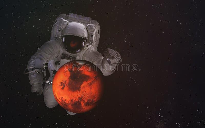 Enige reuzeastronaut in kosmische ruimte met Mars De elementen van dit beeld werden geleverd door NASA stock afbeeldingen