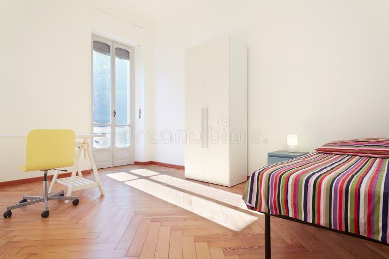 Enige slaapkamer, eenvoudig binnenlands ontwerp royalty-vrije stock foto's