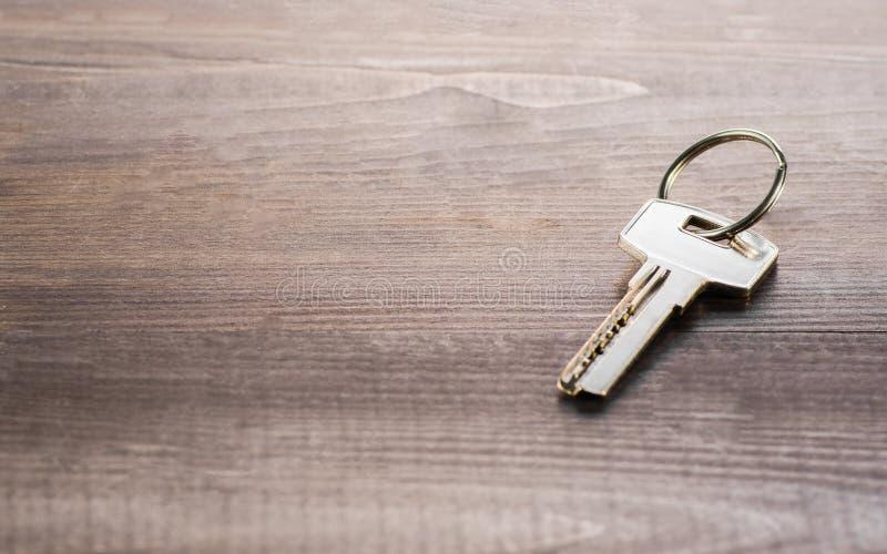 Enige sleutel op een houten Raad royalty-vrije stock foto