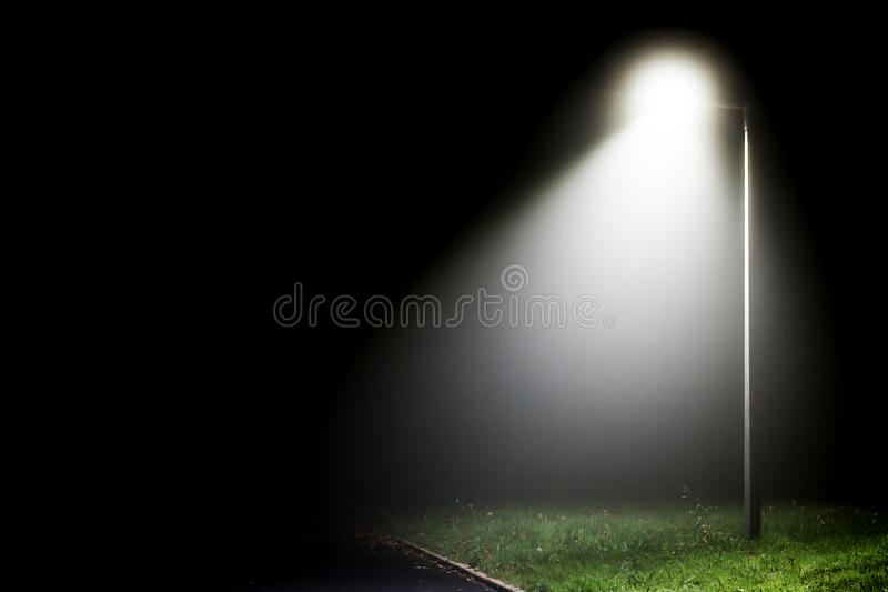 Enige straatlantaarn in de duisternis stock foto