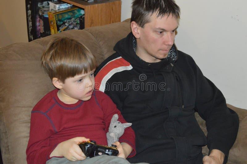 Download Enige Vader En Zoonsspelvideospelletjes Stock Afbeelding - Afbeelding bestaande uit video, snuggle: 107706785