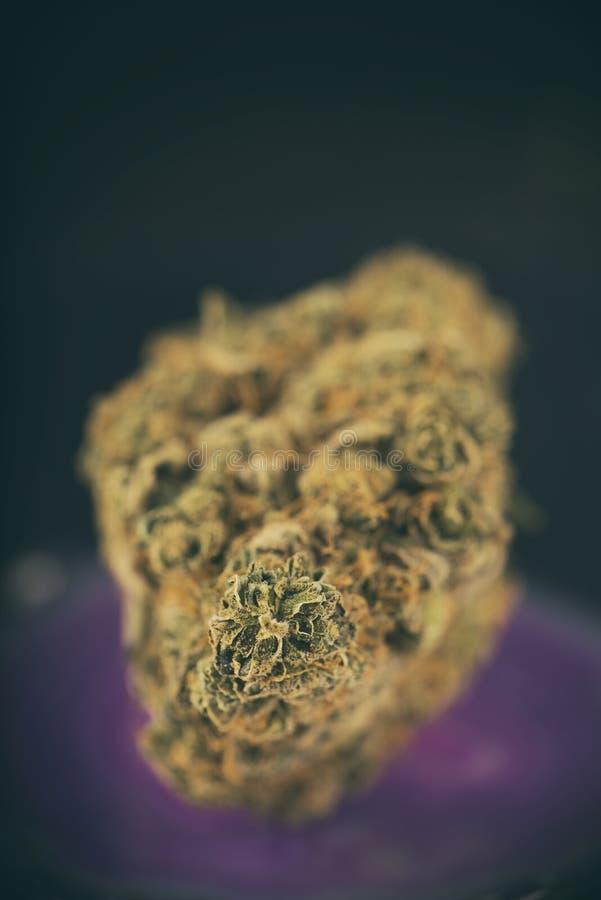 Enige van de de zonneschijndagdroom van de cannabisknop de marihuanaspanning op dark stock foto