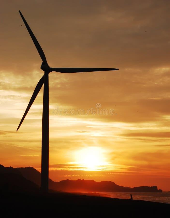 Enige windturbine bij schemer royalty-vrije stock afbeeldingen