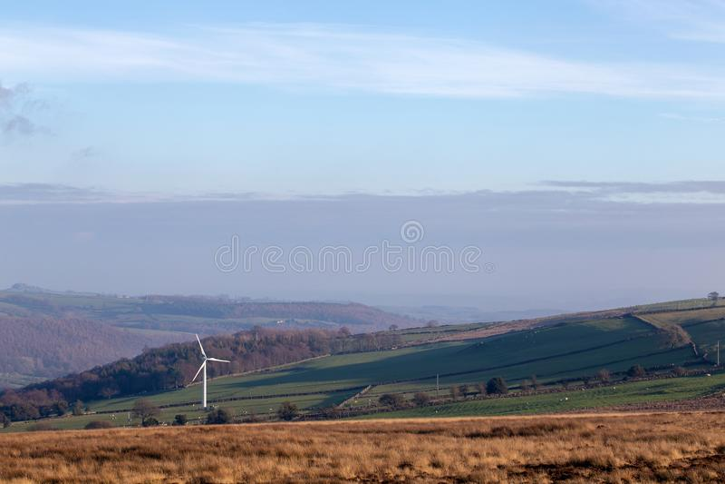 Enige windturbine in open Engels landschap royalty-vrije stock fotografie