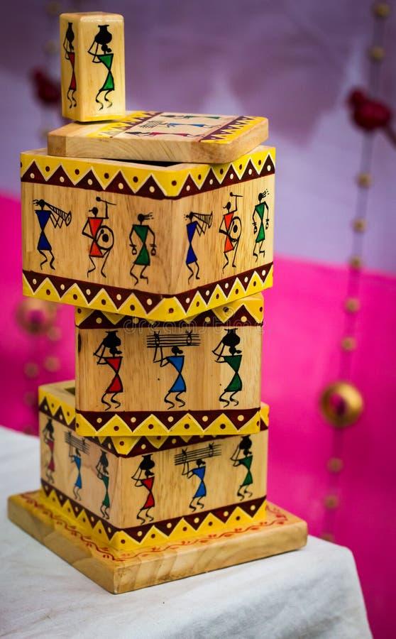 Enigma de harmonização de madeira velho do cubo do brinquedo do vintage com figuras imagens de stock
