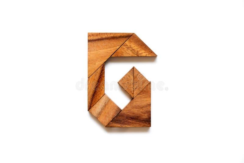 Enigma de madeira do tangram como a letra G do alfabeto inglês fotos de stock