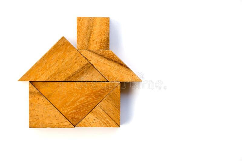 Enigma de madeira do tangram na forma home no fundo branco imagens de stock
