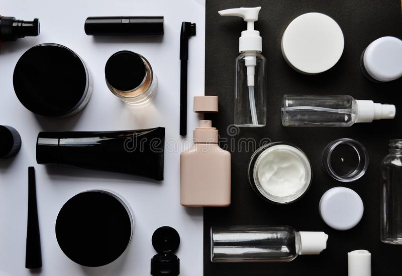 """Enigma de serra de vaivém com os cosméticos fundo preto no †branco do """" imagem de stock royalty free"""