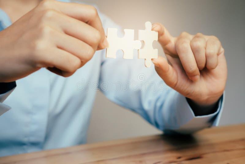 Enigma de serra de vaivém de conexão da mão do homem de negócios foto de stock