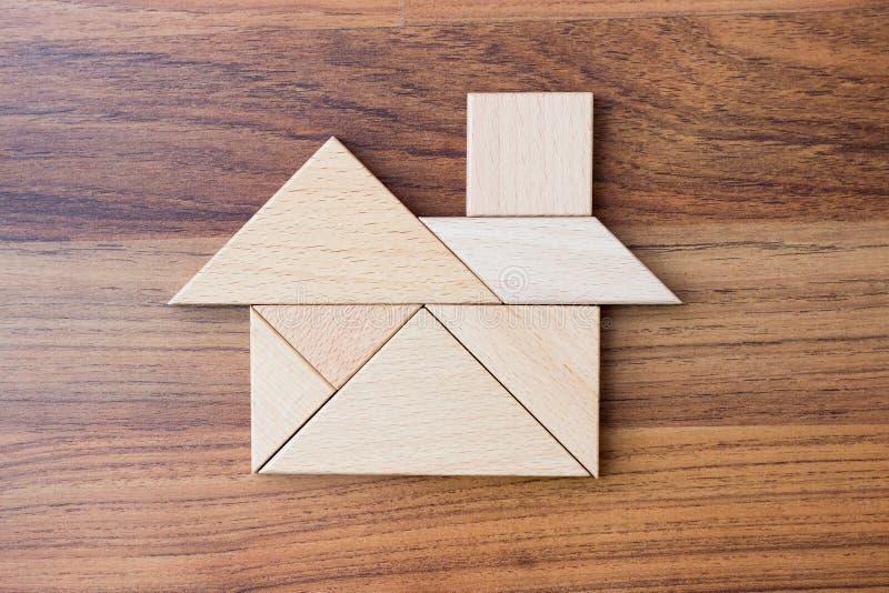 Enigma do triângulo ou construção de madeira da serra de vaivém na configuração do plano da forma da casa ou da casa imagens de stock