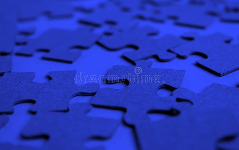 Enigmas apresentados na cor azul da tabela foto de stock royalty free