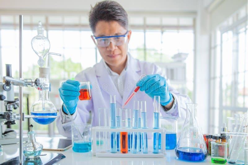 Enior mannelijke onderzoeker die wetenschappelijk onderzoek naar een laboratorium uitvoeren stock foto