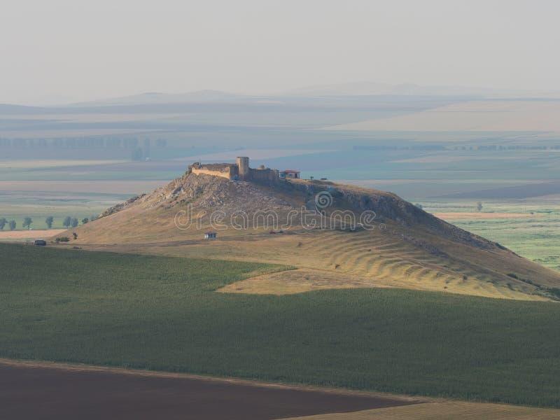 Enisala老堡垒城堡美好的风景站立在小山的 免版税图库摄影