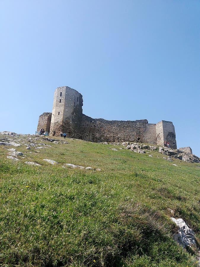 Enisala - ruinas viejas de la fortaleza imagenes de archivo