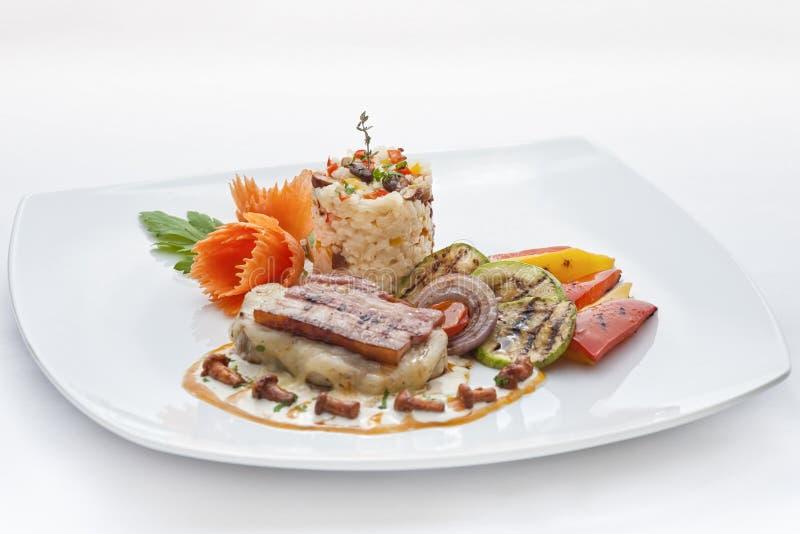 Enjeu frit de viande avec du fromage, le jambon, le riz blanc et des légumes photographie stock libre de droits