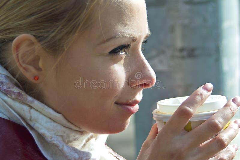 enjoing咖啡的女孩 免版税图库摄影