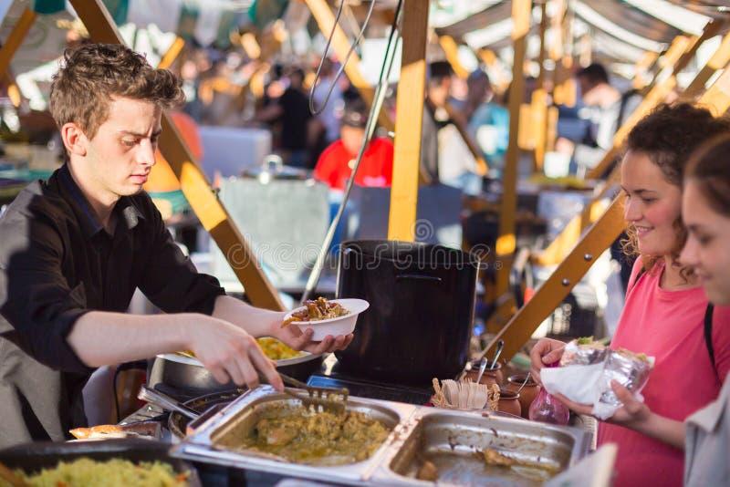 enjoing室外街道食物节日的人们在卢布尔雅那,斯洛文尼亚 免版税库存照片