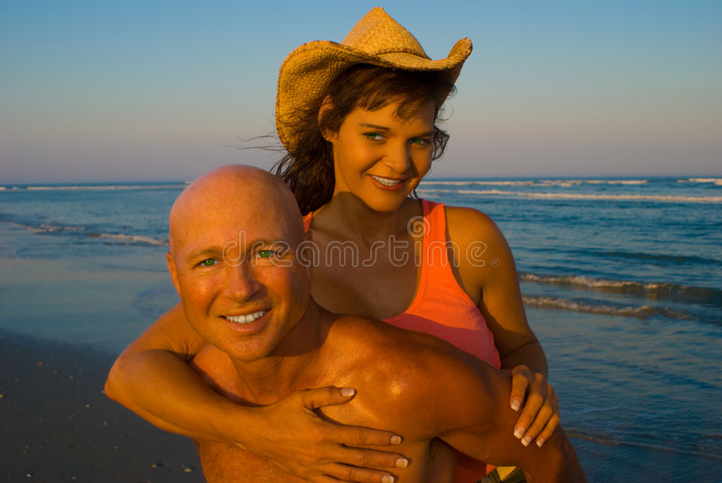 enjoing海滩的夫妇 免版税库存图片