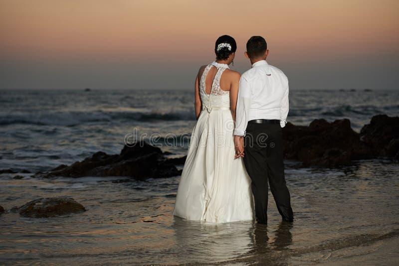 Enjoing εν πλω παραλία παντρεμένου ζευγαριού στοκ φωτογραφία με δικαίωμα ελεύθερης χρήσης
