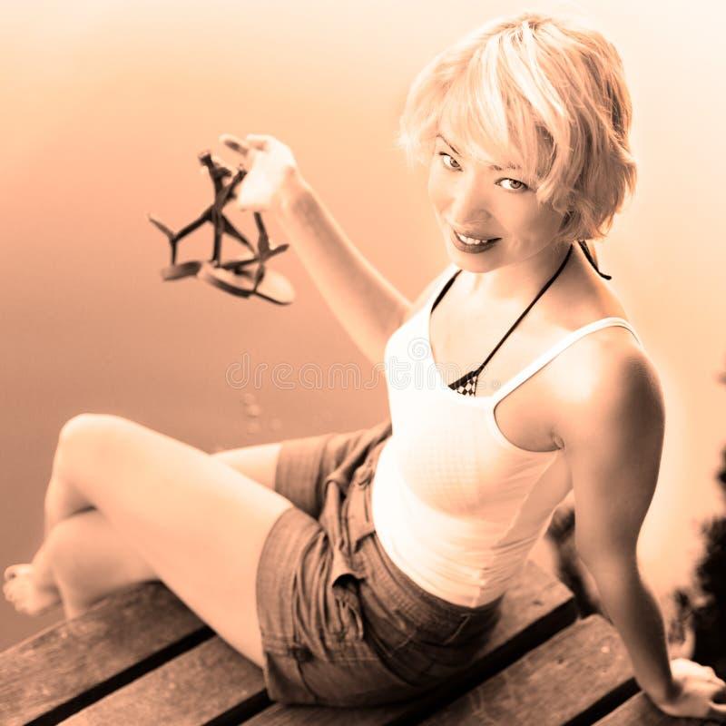 enjoing晴朗的夏日的妇女, 免版税库存图片