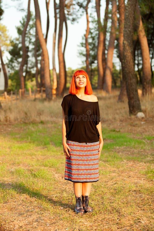 Enjoing d'une chevelure rouge de femme d'un jour ensoleillé photo stock