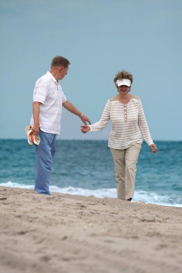 Enjoing mûr romantique de couples extérieur photographie stock libre de droits