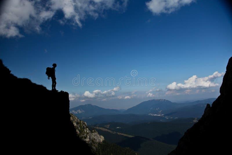 Enjoing silanse för man på berget arkivfoto