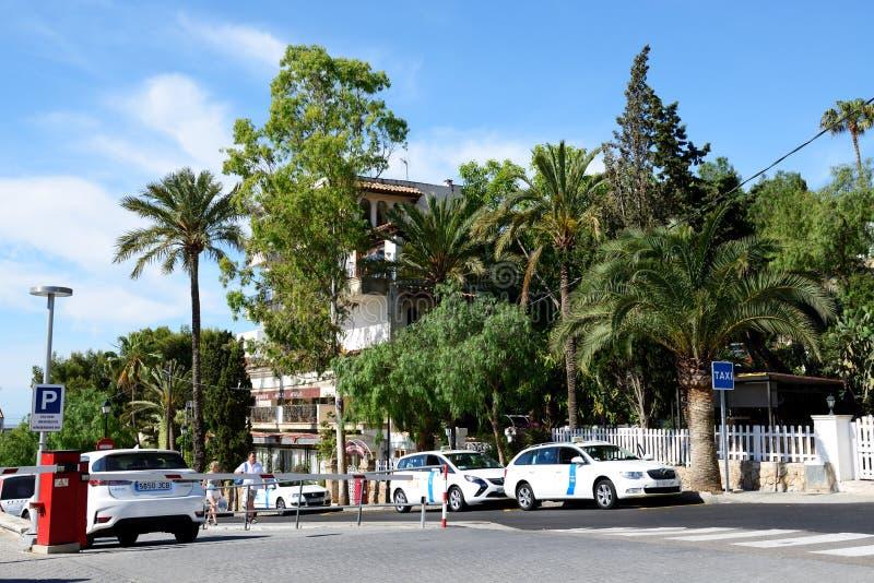 enjoiying他们的假期的出租汽车汽车和游人 免版税库存照片