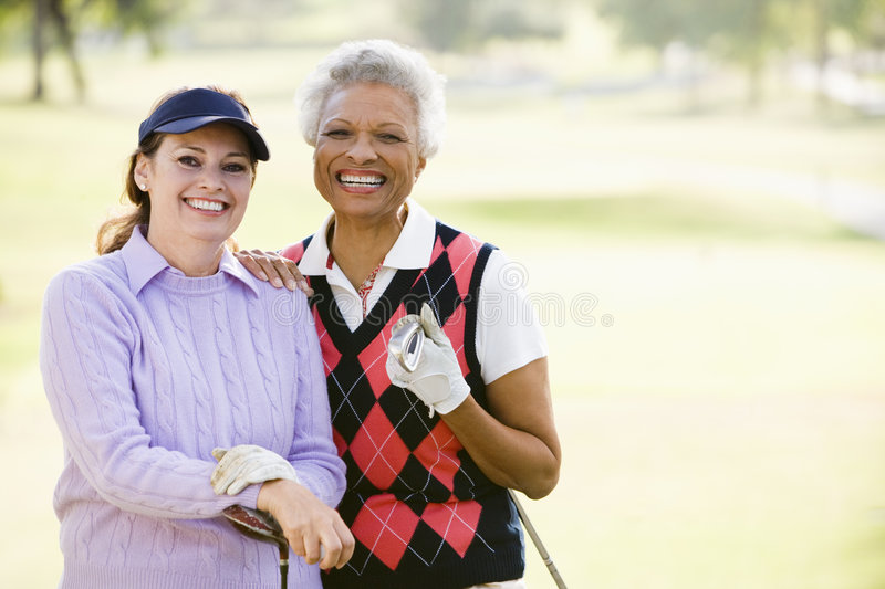 enjoying female friends game golf στοκ φωτογραφία