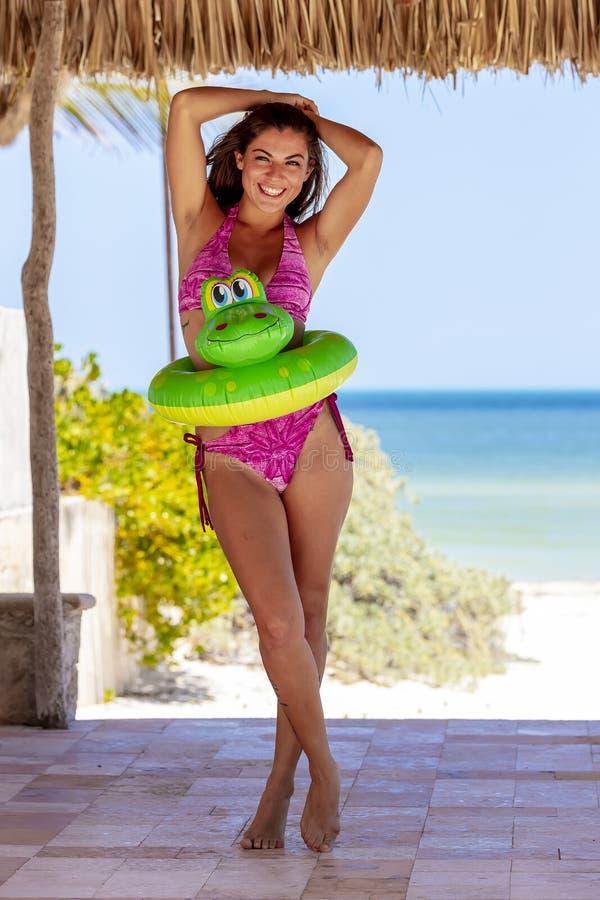 Enjoying modelo moreno hispánico Sunny Day fotografía de archivo libre de regalías