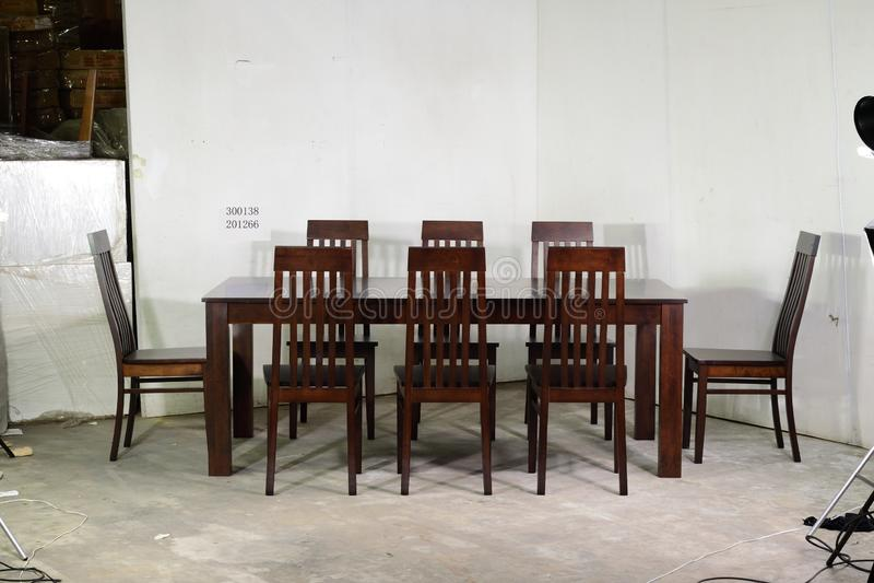 Enkel实体木材用餐在蜂蜜橡木的六Seater集合 免版税库存图片