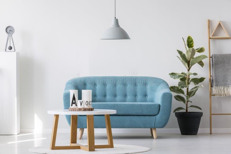 Enkel blå vardagsrum royaltyfri bild