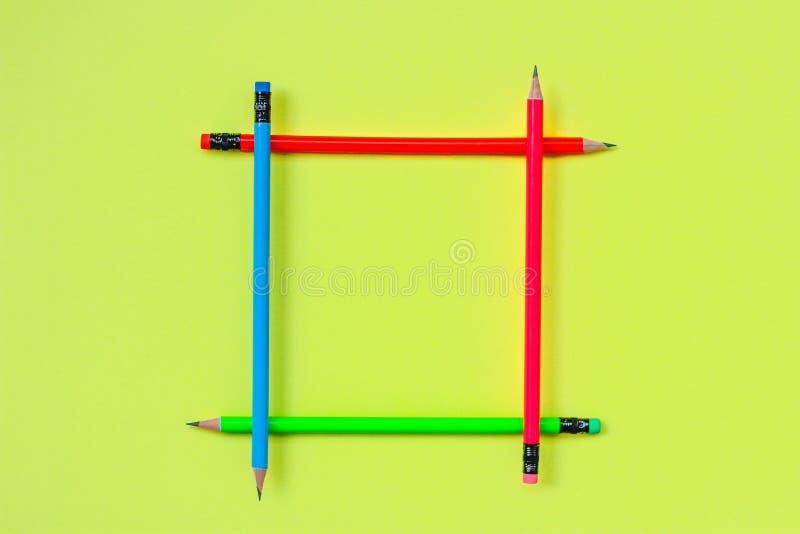 Enkel blyertspennaneonfärg kontorstillförsel för studie ämne: tillbaka till skola placera text royaltyfria foton