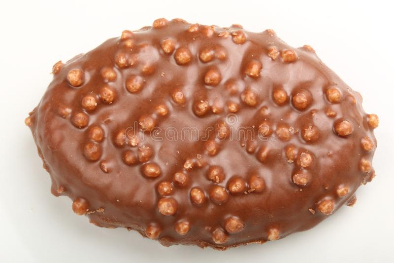Enkel chokladgodis med risKrispies sädesslag på en vit royaltyfria foton