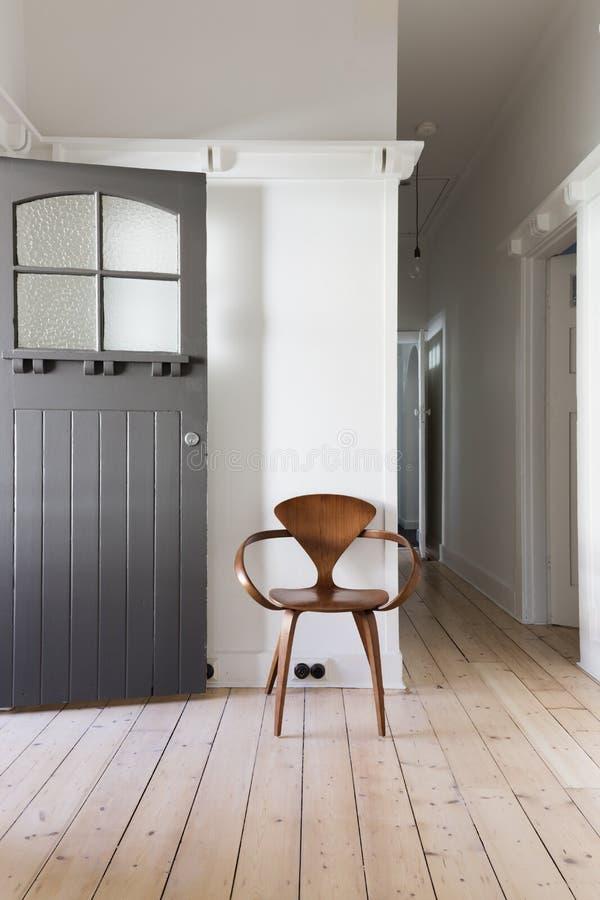 Enkel dekor av klassisk trästol i lägenhettillträde royaltyfria foton