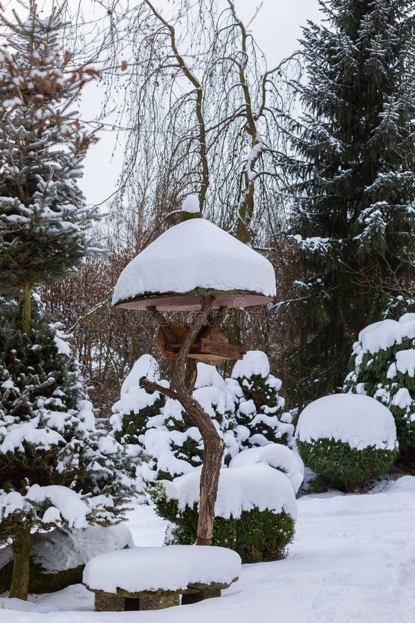 Enkel fågelförlagematare, voljär i vinter royaltyfri fotografi