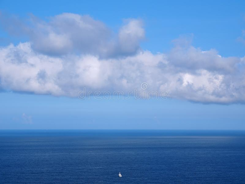 Enkel fartygflöte längs på havet arkivfoto