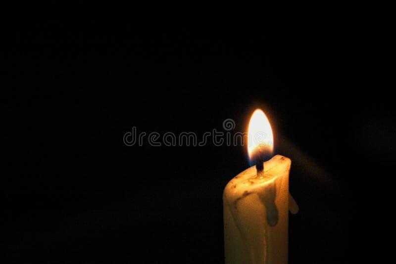 enkel flamma för bakgrundsblackstearinljus royaltyfria bilder