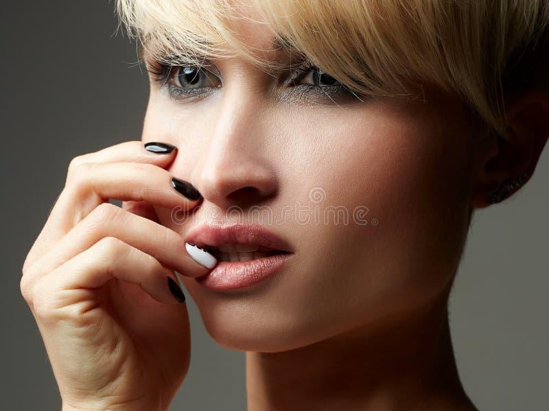 Enkel flickastående för blont hår arkivfoton