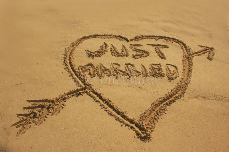 Enkel gehuwd geschreven in zand royalty-vrije stock fotografie