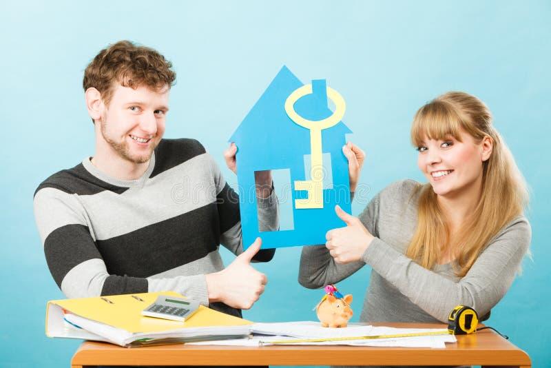 Enkel gehuwd ontwerpend hun huis royalty-vrije stock afbeelding