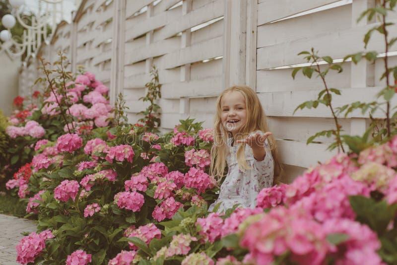enkel Geregend Kinderjaren De zomer Moeders of van vrouwen dag De Dag van kinderen Klein babymeisje Het nieuwe Concept van het Le stock foto's